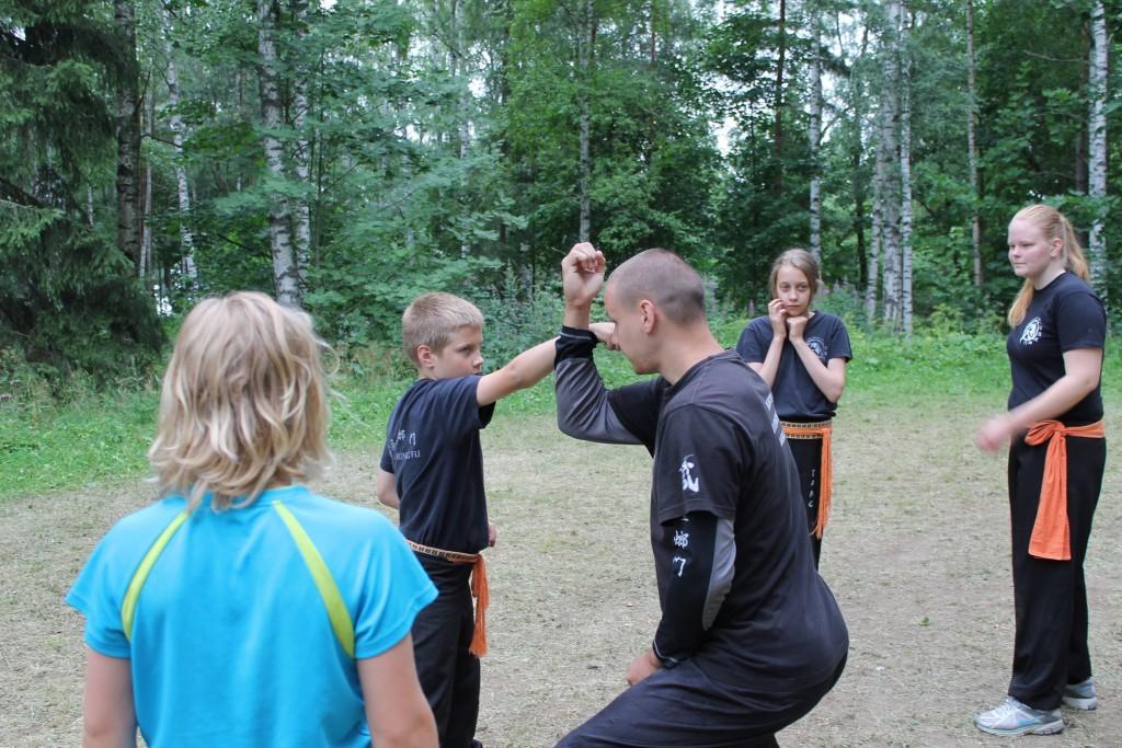 Tampereen pääopettaja Esko Ronimus ohjaa nuoria harrastajia kesäleirillä Tuusulassa