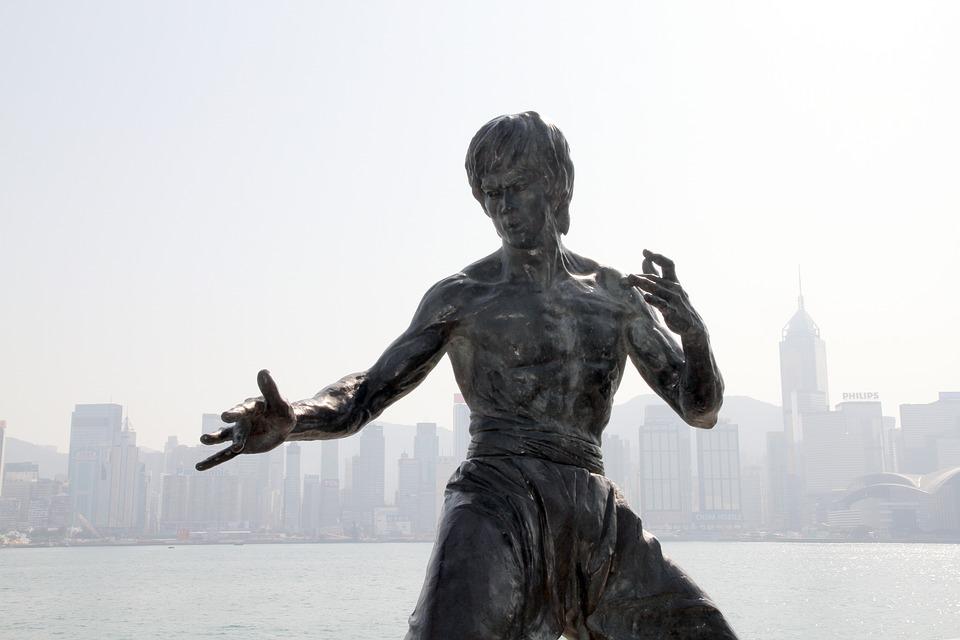 Bruce Leestä Johnny English'seen – mitä taistelulajit ovat antaneet elokuville ja valkokankaalle